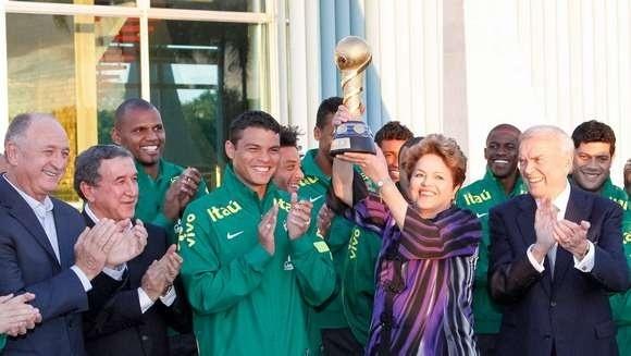 2/9//2013 - Presidente Dilma Rousseff ergue a taça conquistada pela seleção brasileira na Copa das Confederações de 2013