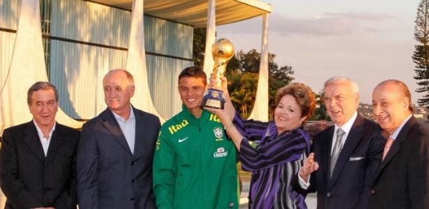 Dilma Rousseff ergue a taça da Copa das Confederações ao lado de Parreira, Marin, Felipão, Thiago Silva e Del Nero