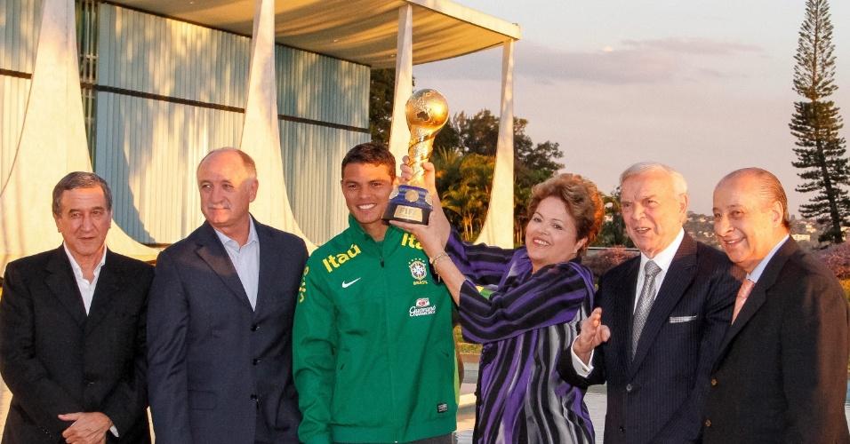 2.set.2013 - Dilma Rousseff ergue a taça da Copa das Confederações ao lado de Parreira, Marin, Felipão, Thiago Silva e Marco Polo Del Nero