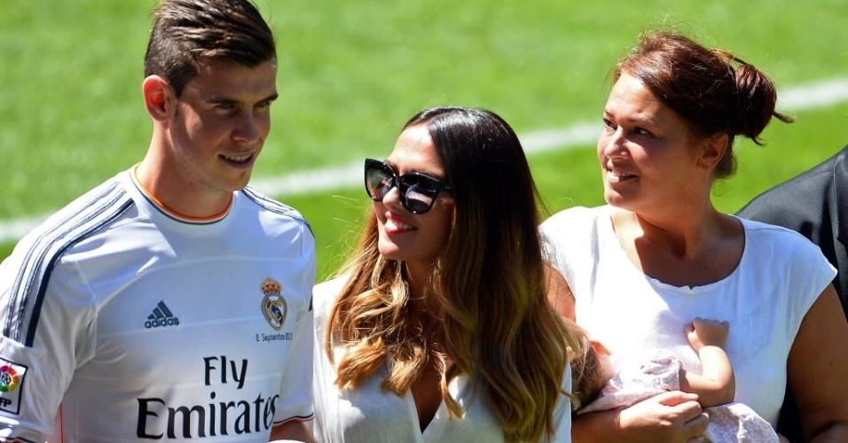 Bale é acompanhado pela namorada Rhys Jones (de óculos) e pelo bebê Alba Violet Jones (filha do atleta)