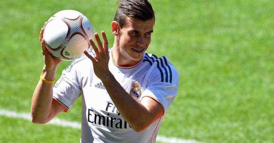 Gareth Bale se apresenta para mais de 25 mil torcedores que estiveram no estádio Santiago Bernabeu nesta segunda para ver novo reforço do clube