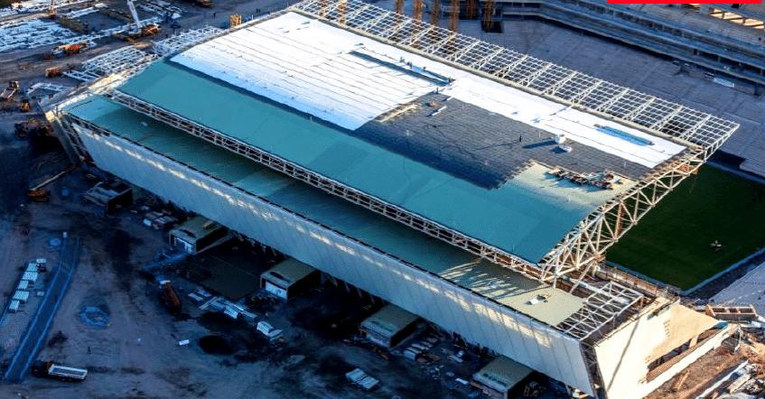 03.set.2013 - Cobertura do Itaquerão recebe revestimento para que exista uma melhor acústica no estádio