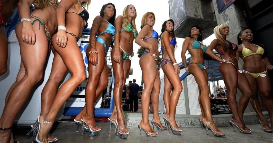 03.set.2013 - Concorrentes da categoria de mais de 35 anos de evento de fisiculturismo na Carlifórnia posam de biquíni