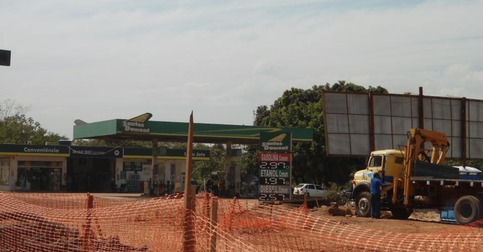 """30.ago.2013 - Traçado do canteiro de obra do VLT em Cuiabá """"contorna"""" posto de gasolina próximo ao aeroporto da cidade: desapropriações não saíram a tempo"""