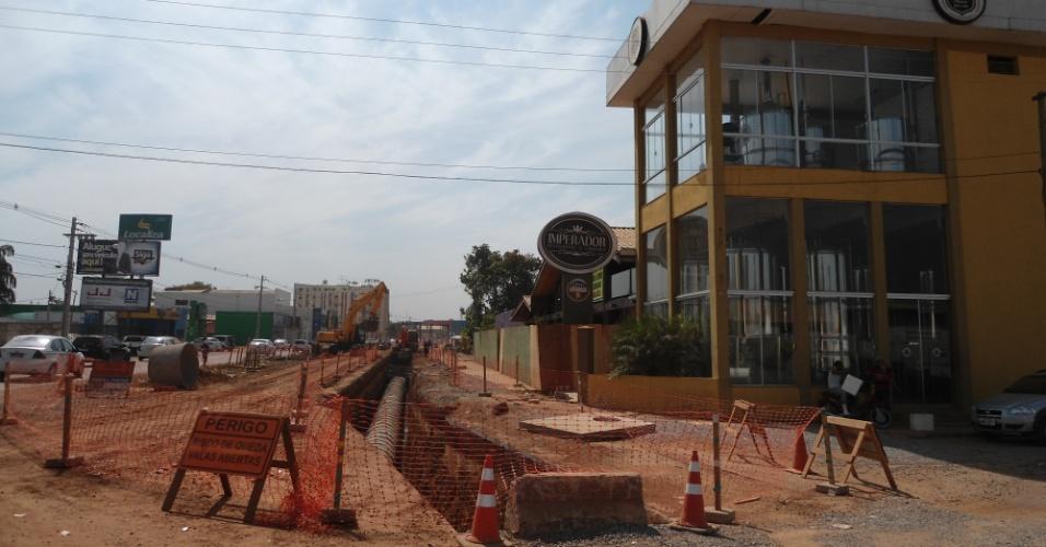 """30.ago.2013 - Traçado do canteiro de obra do VLT em Cuiabá """"contorna"""" estabelecimento comercial próximo ao aeroporto da cidade: desapropriações não saíram a tempo"""