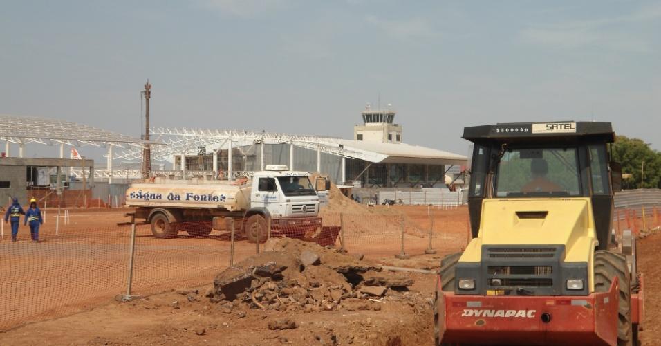 30.ago.2013 - Obra do VLT em frente ao aeroporto de Cuiabá