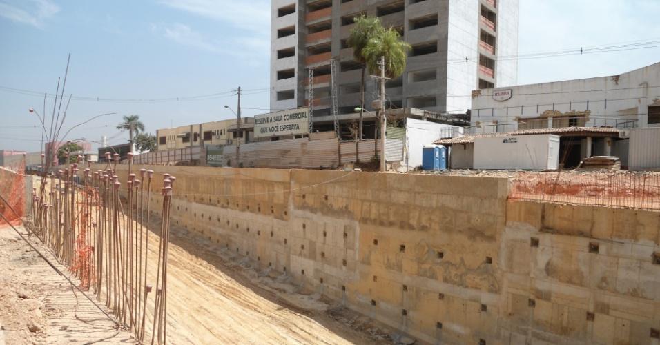 30.ago.2013 - Em alguns trechos, os canteiros de obras abertos na Avenida Miguel Sutil, em Cuiabá, sofrem com a greve de operários