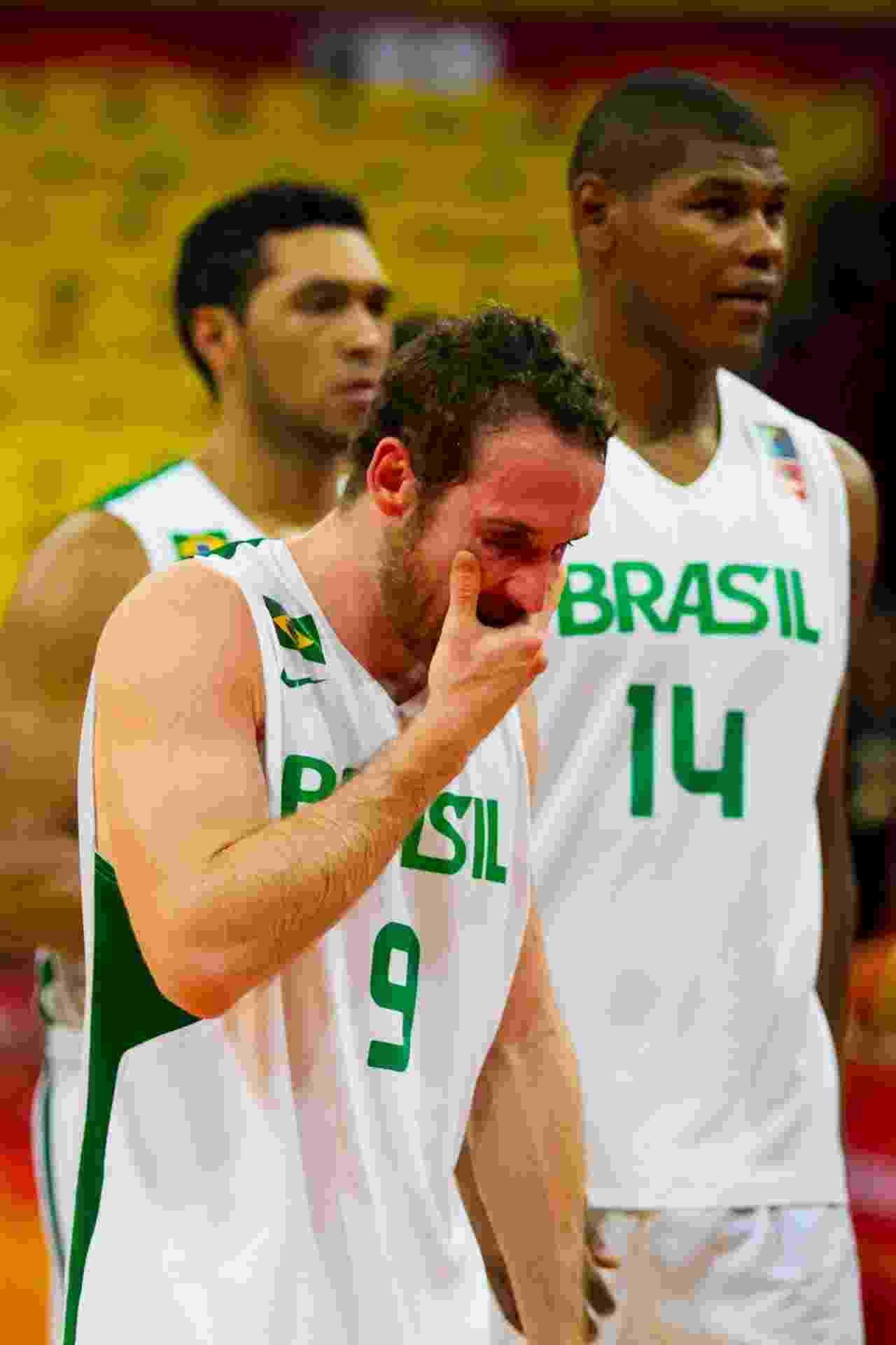 3.set.2013 - Marcelinho Huertas lamenta a derrota do Brasil para a Jamaica, resultado que tirou as chances de classificação para o Mundial de basquete - EFE/Miguel Gutiérrez