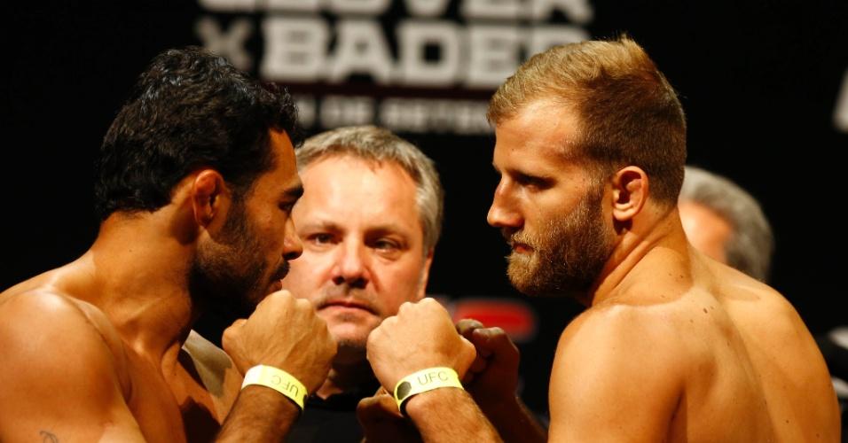 3.set.2013 - Rafael Sapo e Tor Troeng se encaram após a pesagem para a luta do UFC BH