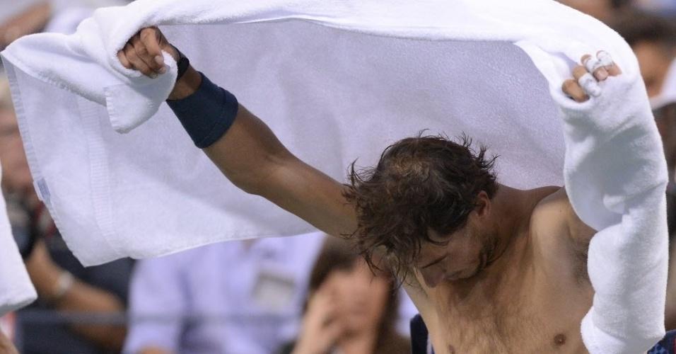 04.09.13 - Rafael Nadal troca de camisa durante partida contra Robredo no Aberto dos EUA