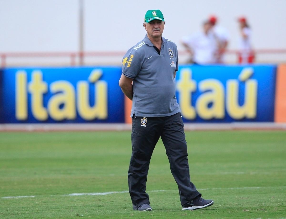04.09.2013 - Técnico Luiz Felipe Scolari caminha antes do treino da seleção brasileira em Brasília