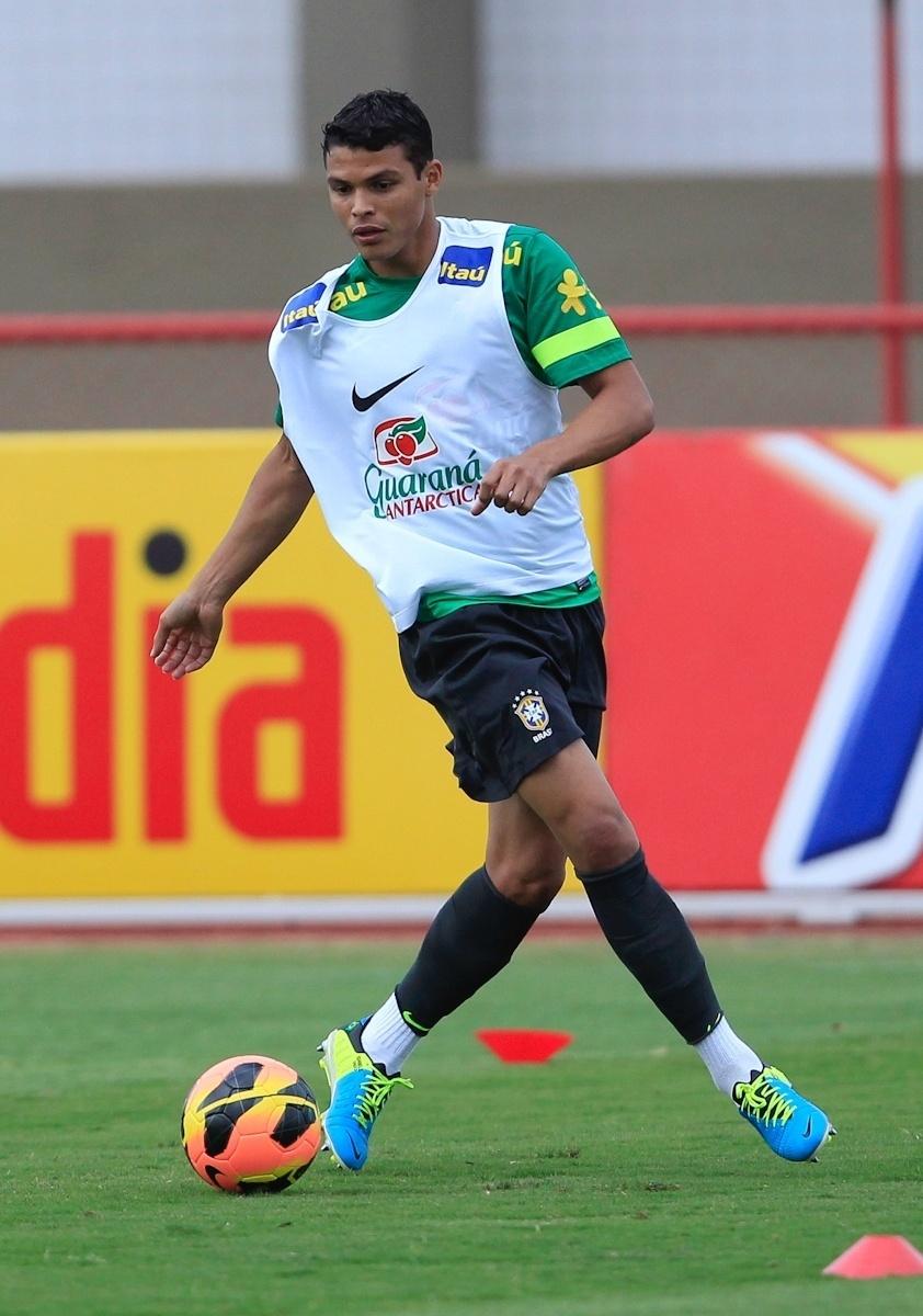 04.09.2013 - Zagueiro Thiago Silva se movimenta em treino da seleção brasileira em Brasília