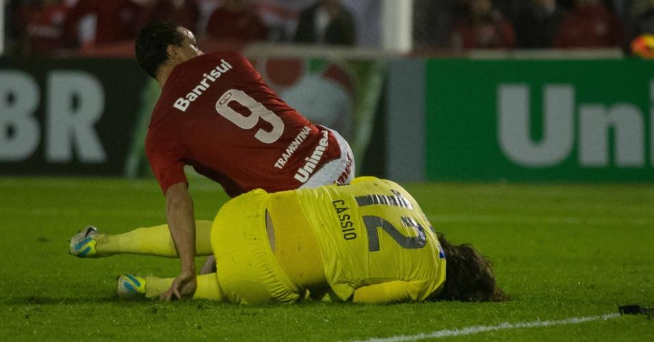 04.set.2013 - Após choque com Damião, goleiro Cássio, do Corinthians, precisou ser substituído