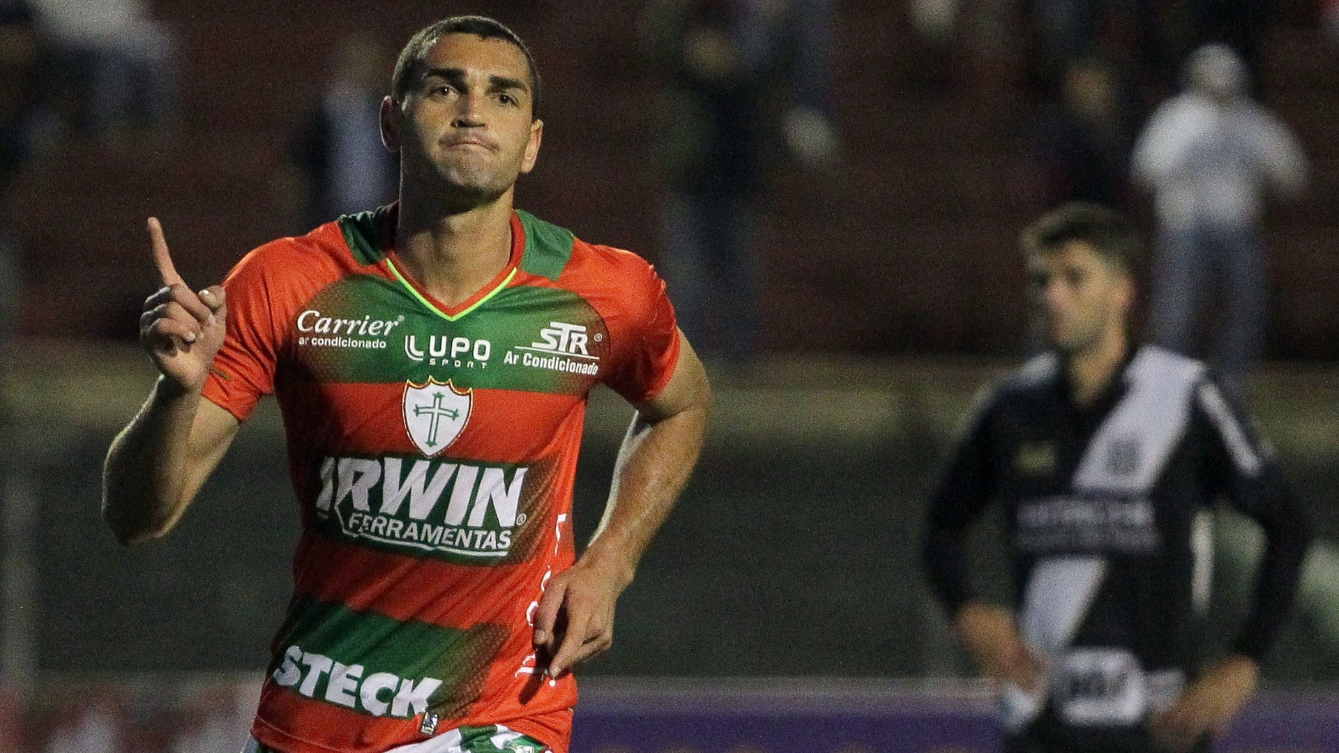 04.set.2013 - Atacante Gilberto comemora um de seus gols na partida entre Portuguesa e Ponte Preta