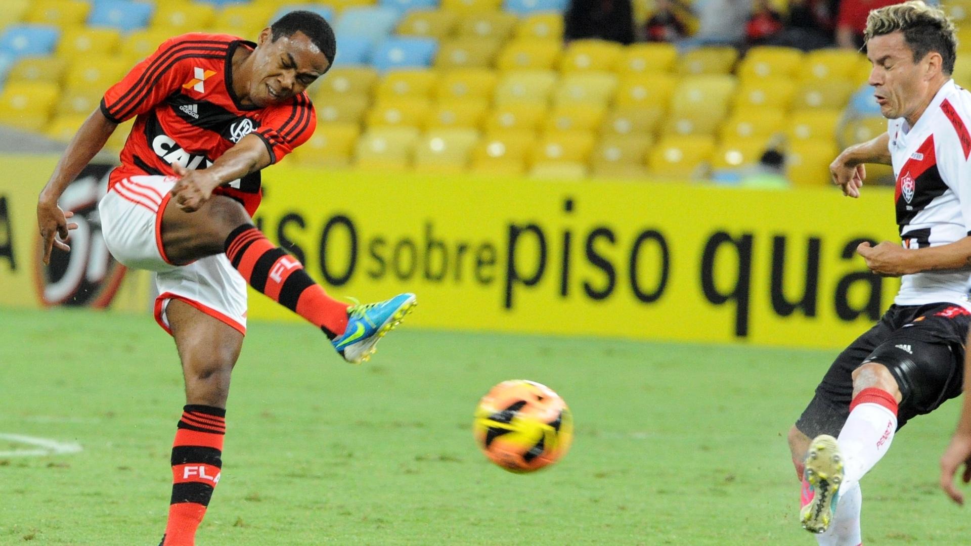 04.set.2013 - Elias arrisca de fora da área em partida entre Flamengo e Vitória, pelo Campeonato Brasileiro