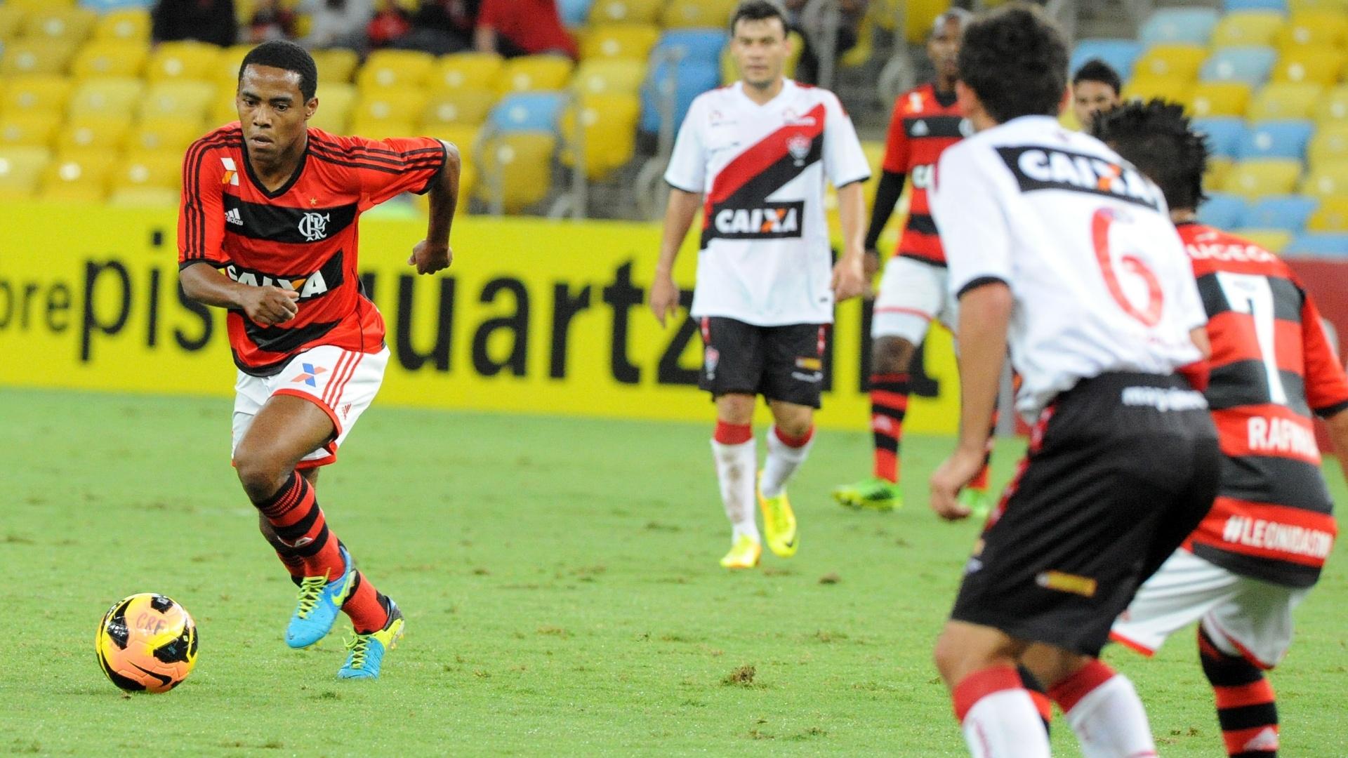 04.set.2013 - Elias, volante do Flamengo, tenta jogada em jogo contra o Vitória