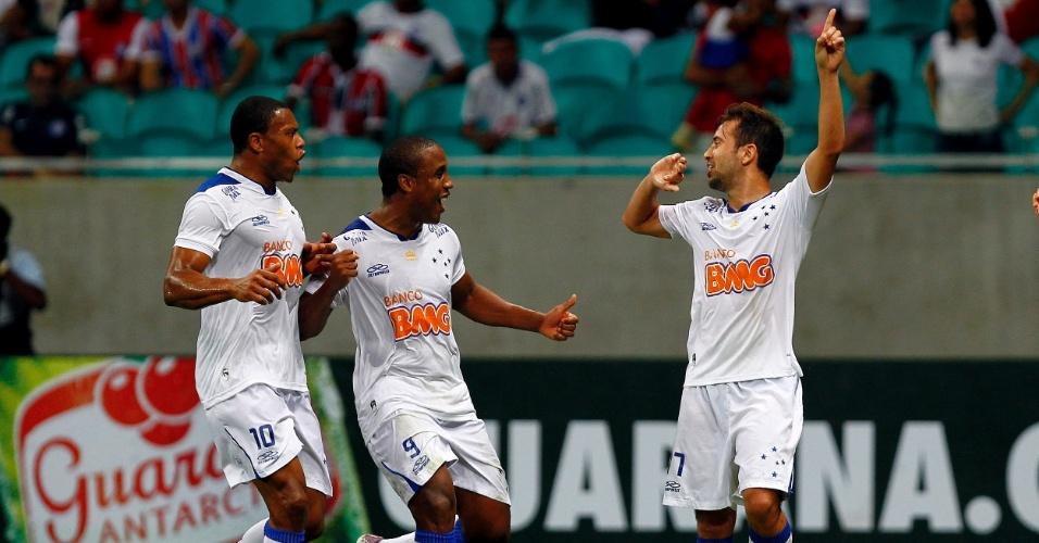 04.set.2013 - Everton Ribeiro comemora o segundo gol do Cruzeiro com Julio Baptista e Borges