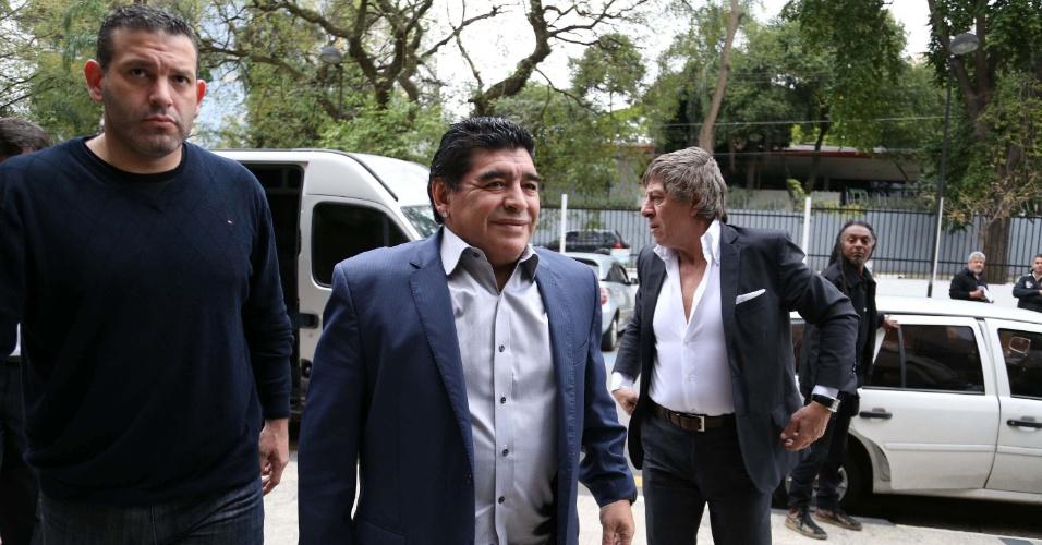 04.set.2013 - Ex-jogador argentino Diego Maradona (c) chega ao Parque São Jorge, em São Paulo, para encontrar-se com o também ex-jogador e hoje deputado Romário e com o ex-presidente do Corinthians Andrés Sanchez