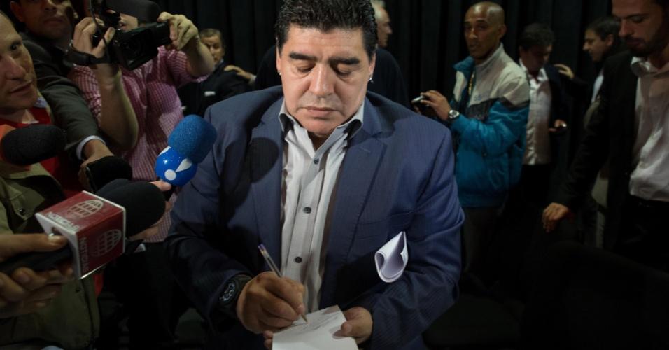 04.set.2013 - Ex-jogador argentino Diego Maradona dá autógrafos e conversa com jornalistas após encontro promovido em São Paulo pelo ex-presidente do Corinthians Andrés Sanchez para discutir o atual futebol sul-americano