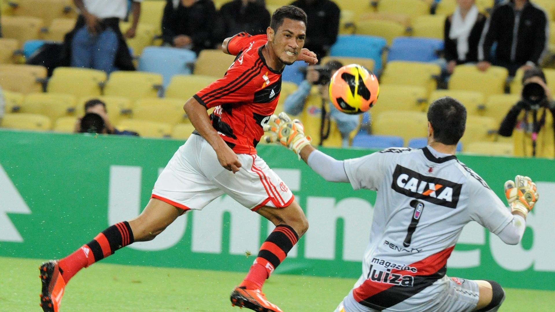 04.set.2013 - Hernane chuta para marcar o primeiro do Flamengo contra o Vitória