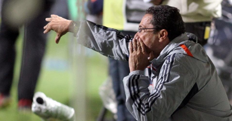 04.set.2013 - Luxemburgo orienta a equipe do Fluminense em partida contra o Atlético-MG