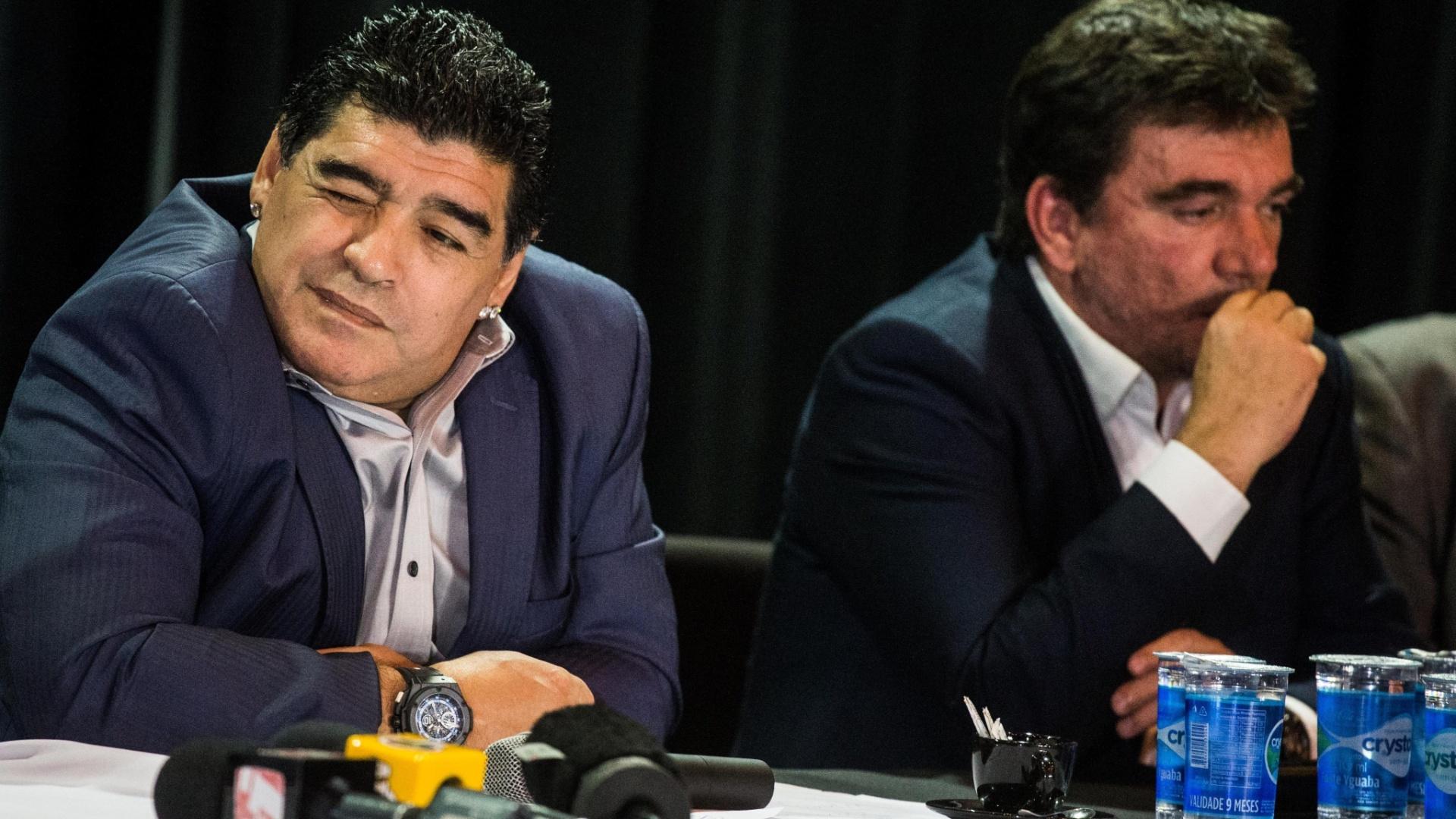 04.set.2013 - Os ex-jogadores Maradona (e) e Romário participaram nesta quarta-feira de um evento em São Paulo promovido pelo ex-presidente do Corinthians Andrés Sanchez (d) para discutir o atual futebol sul-americano