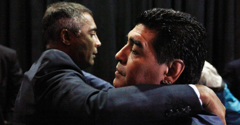 04.set.2013 - Os ex-jogadores Romário (e) e Maradona participaram nesta quarta-feira de um evento em São Paulo promovido pelo ex-presidente do Corinthians Andrés Sanchez para discutir o atual futebol sul-americano