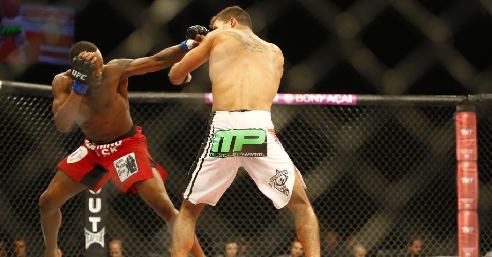 Brasileiro Yuri Villefort (dir.) luta com o americano Sean Spencer durante o UFC BH; Yuri acabou derrotado após decisão dividida dos juízes