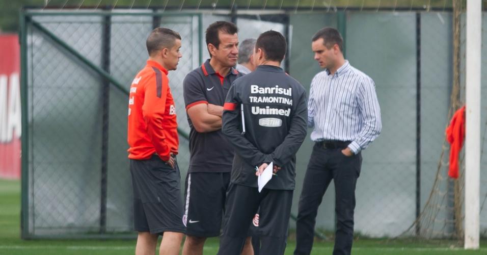 D'Alessandro, Dunga e o auxiliar Andrey Lopes conversam durante treino do Inter (02/09/13)