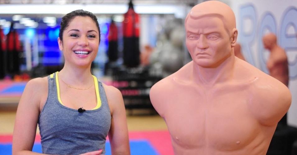 09.09.2013 - Ao lado do 'Bob', o boneco de borracha, Maria dá entrevista ao UOL Esporte e sorri ao falar de seus treinos de boxe e MMA