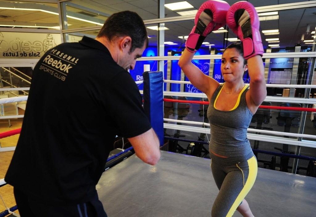 09.09.2013 - Maria Melilo arma joelhada no personal, que faz papel de 'sparring' durante treino de boxe/muay thai