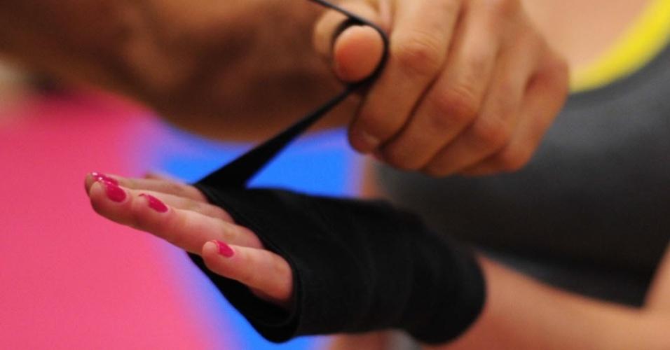 09.09.2013 - Personal de Maria coloca faixa de proteção na mão da ganhadora do BBB 11 antes de treino de boxe