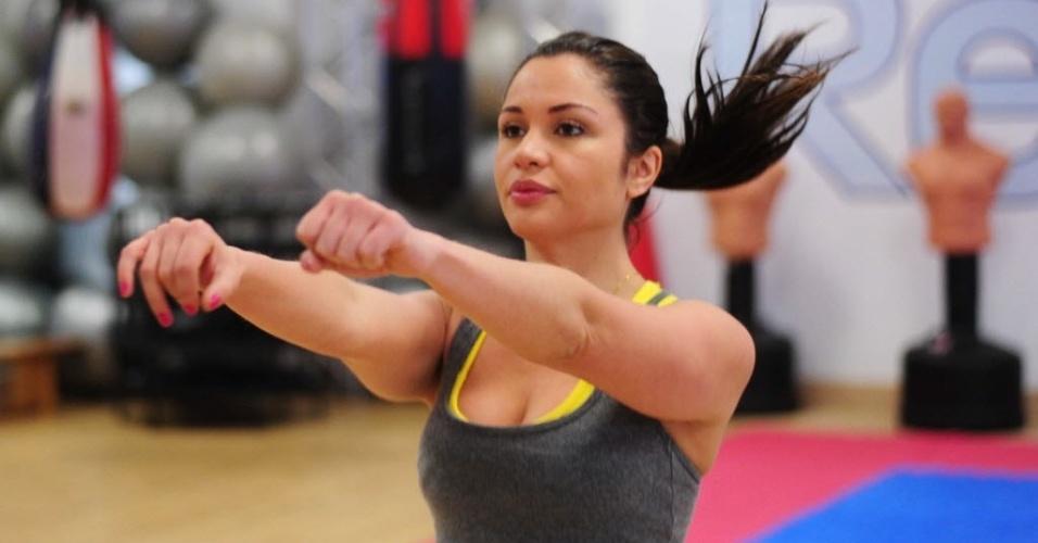 09.09.2013 - Maria faz aquecimento com o personal Fábio Grieco antes de começar treino de boxe em academia de São Paulo