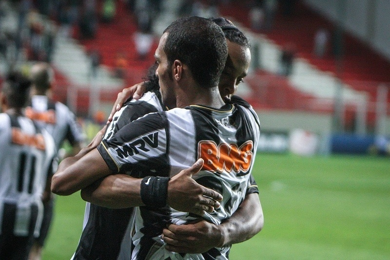 04.set.2013 - Após o segundo gol, Ronaldinho Gaúcho abraça Richarlyson, que deixou o campo vaiado