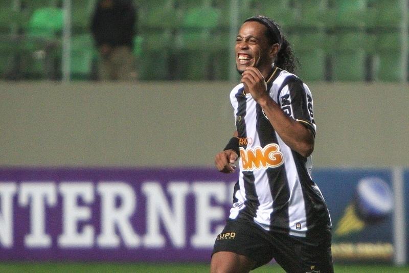 04.set.2013 - Ronaldinho Gaúcho sorri após marcar o segundo gol de falta contra o Fluminense