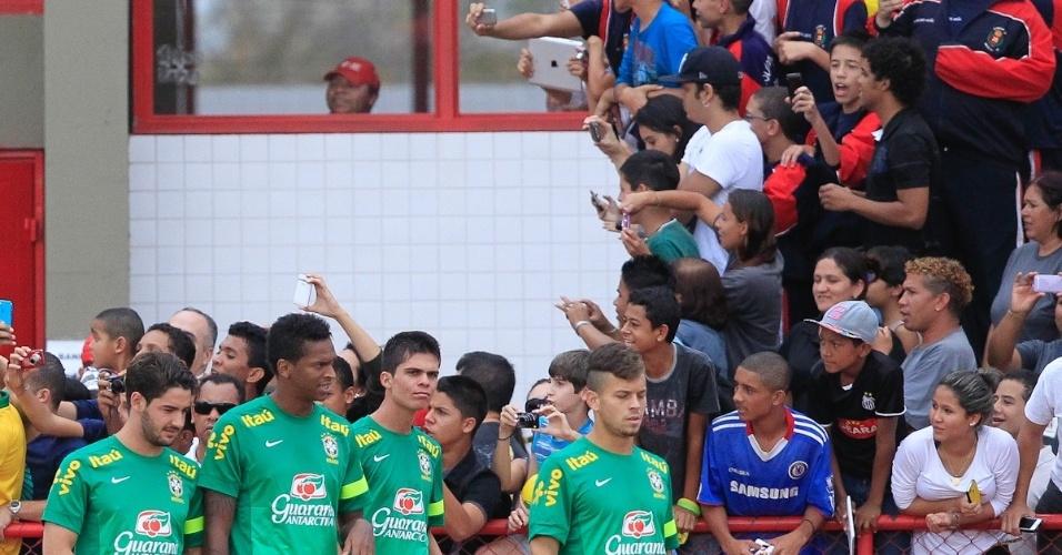 05.set.2013 - Muitos estudantes acompanharam o treinamento da seleção brasileira em Brasília