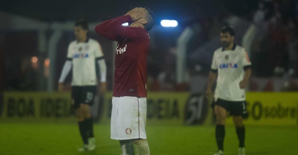 D'Alessandro lamenta lance em jogo Inter e Corinthians (05/09/13)