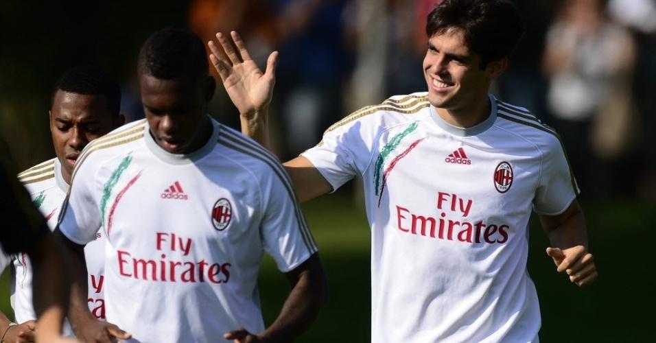 Kaká acena para o público durante treino no CT do Milan