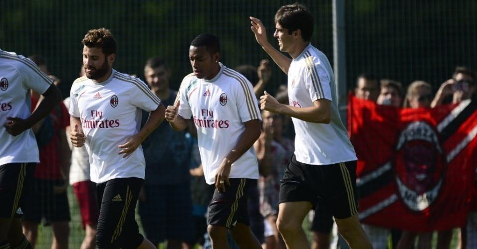 Kaká acena para o público durante treino no CT do Milan. O meia reencontrou Robinho, com quem atuou na seleção brasileira
