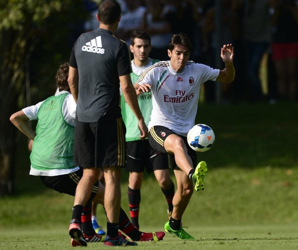 Kaká faz seu primeiro treino no Milan após o retorno ao clube. O meia deve reestrear no dia 15.