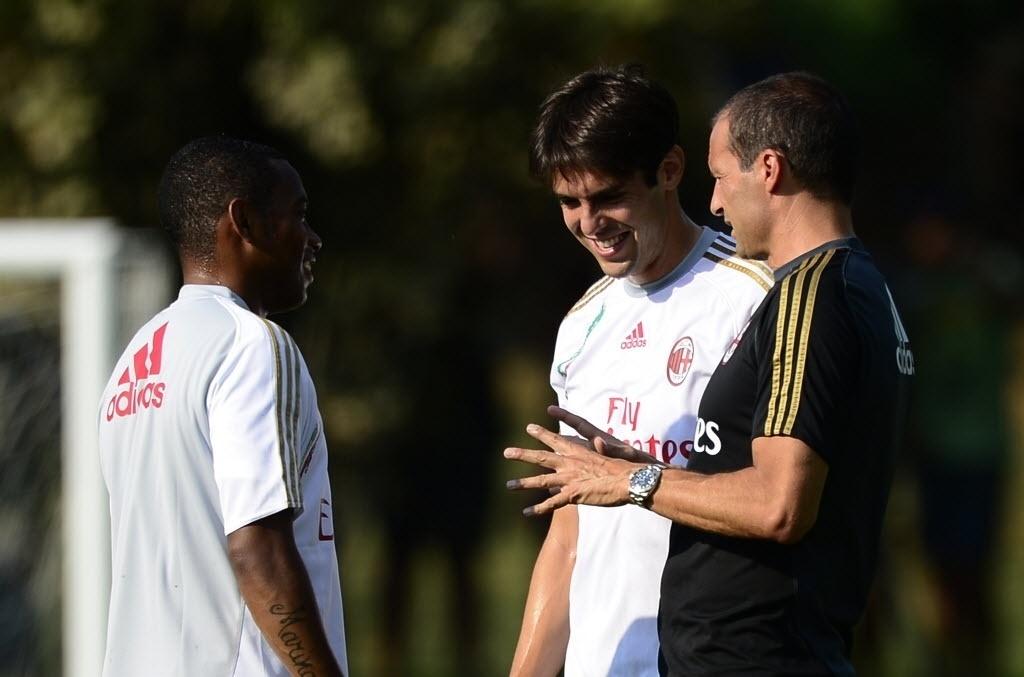 Kaká, Robinho e o técnico do Milan, Massimiliano Allegri, conversam em treino realizado no CT do clube