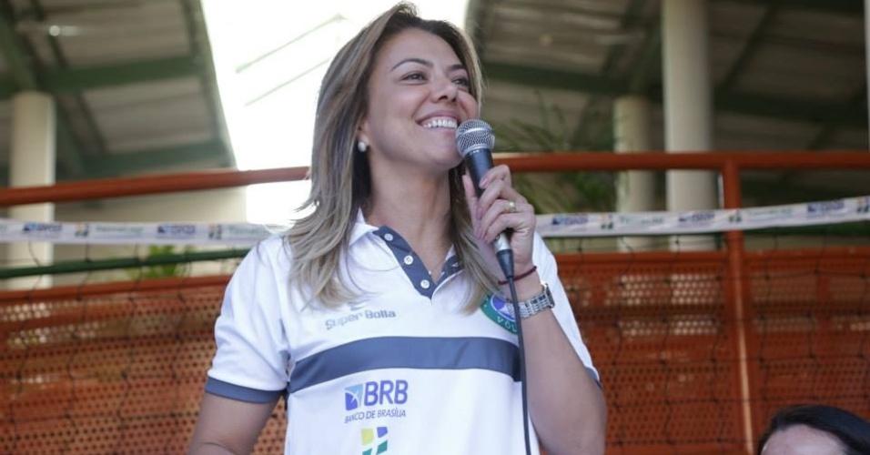 02.set.2013 - Leila, diretora do Brasília Vôlei, discursa durante visita do time a uma escola da cidade