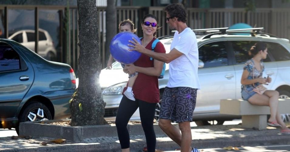 03.jun.2012 - Ex-jogadora Leila e jogador de vôlei de praia Emanuel passeiam com o filho Lukas no Rio de Janeiro