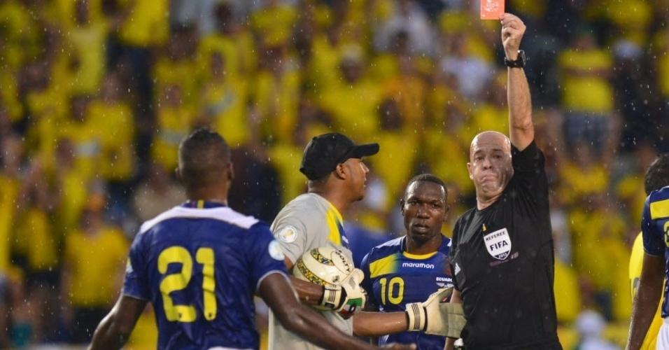 06.set.2013 - Árbitro brasileiro Heber Roberto Lopes mostra o cartão vermelho para o defensor Gabriel Achilier, do Equador, durante partida contra a Colômbia pelas eliminatórias da Copa-2014