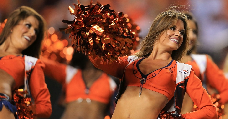 06.set.2013 - Cheerleader dos Broncos anima a torcida durante abertura da temporada