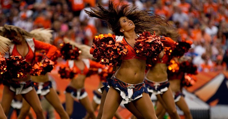 06.set.2013 - Cheerleaders do Denver Broncos fazem bela exibição durante abertura da temporada