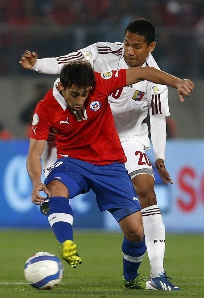 06.set.2013 - Jorge Valdivia briga pela bola durante vitória por 3 a 0 do Chile sobre a Venezuela pelas eliminatórias da Copa-2014