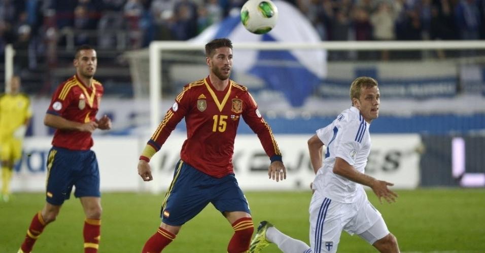 06.set.2013 - Sergio Ramos, zagueiro da Espanha, disputa lance com Pukki, da Finlândia, pelas eliminatórias da Copa-14; espanhóis venceram por 2 a 0