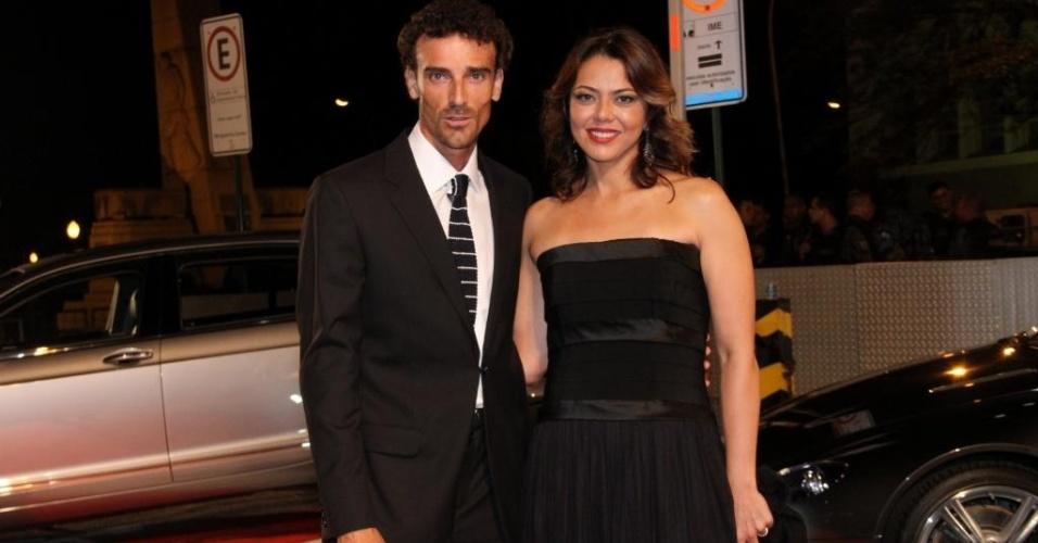 09.mar.2012 - O jogador de vôlei de praia Emanuel e sua mulher, a ex-jogadora Leila, comparecem a um evento no Rio de Janeiro