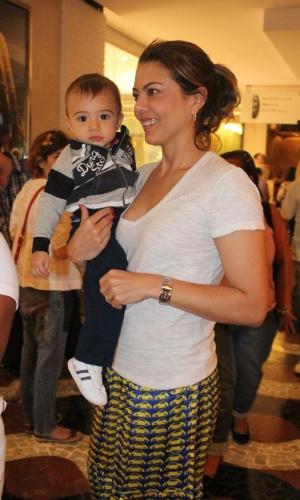 12.out.2011 - Ex-jogadora de vôlei Leila passeia com o filho em shopping do Rio de Janeiro